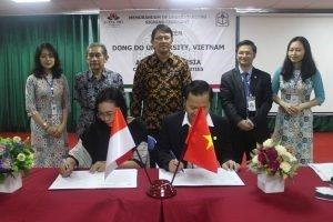 Penandatangan MoU oleh Dr. Tri Purwani, S.E., M.M. dan Dr. Duong Van Hoa